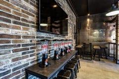 GRODNO, BELARUS - MARS 2019 : à l'intérieur de l'intérieur dans la barre de sport moderne de bar avec le style foncé de conceptio image libre de droits