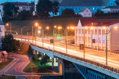 Grodno, Belarus Nachtverkehr in der Brücke über dem Neman-Fluss am Abend in den Nachtbeleuchtungs-Lichtern Stockbilder