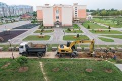 GRODNO BIAŁORUŚ, WRZESIEŃ, - 2018: Ekskawator kopie jamę i ładuje piasek na usyp ciężarówce zdjęcia stock