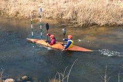 GRODNO BIAŁORUŚ, KWIECIEŃ, -, 2019: kajaka stylu wolnego rywalizacja na szybkiej zimnej wody rzece strenuously wiosłuje, duch zwy zdjęcia stock
