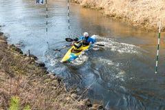 GRODNO BIAŁORUŚ, KWIECIEŃ, -, 2019: kajaka stylu wolnego rywalizacja na szybkiej zimnej wody rzece strenuously wiosłuje, duch zwy obraz royalty free