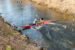 GRODNO BIAŁORUŚ, KWIECIEŃ, -, 2019: kajaka stylu wolnego rywalizacja na szybkiej zimnej wody rzece strenuously wiosłuje, duch zwy zdjęcie stock
