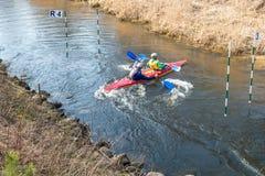 GRODNO BIAŁORUŚ, KWIECIEŃ, -, 2019: kajaka stylu wolnego rywalizacja na szybkiej zimnej wody rzece strenuously wiosłuje, duch zwy obrazy royalty free