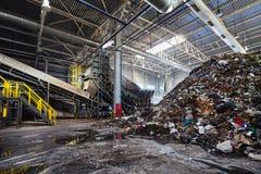 GRODNO BIAŁORUŚ, PAŹDZIERNIK, - 2018: Rozwiązujący problem zanieczyszczenie środowiska z odpady jako śmieciarski zakład przetwórc fotografia stock