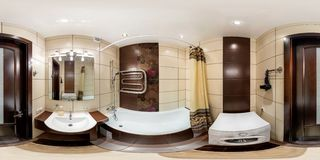 GRODNO, BIELORRÚSSIA - 19 de janeiro de 2013: Panorama no banheiro interior do toalete no estilo marrom Completamente 360 por 180 fotos de stock