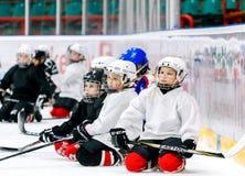 Grodno, Bielorrússia - 17 de outubro de 2017: Prática do hóquei em gelo com jogador e treinador durante uma broca imagens de stock royalty free