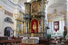 GRODNO, BIELORRÚSSIA - 2 DE SETEMBRO DE 2012: Interior com o altar Fotos de Stock Royalty Free