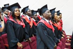 GRODNO, BIELORRÚSSIA - EM JUNHO DE 2018: Estudantes de Medicina africanas estrangeiras em tampões acadêmicos quadrados da graduaç imagens de stock