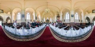 GRODNO, BIELORRÚSSIA - EM MAIO DE 2019: Panorama esférico sem emenda completo 360 do hdr na igreja Católica interior durante a ce foto de stock royalty free