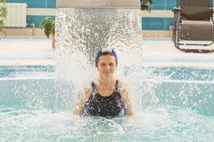 GRODNO, Bielorrússia - recurso de saúde Porechye A mulher bonita banha-se na associação foto de stock