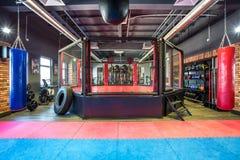 GRODNO, BIELORRUSIA - ABRIL DE 2019: Pasillo de artes marciales con el anillo y los sacos de arena que luchan en el club moderno  imágenes de archivo libres de regalías