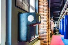 GRODNO, BIELORRUSIA - ABRIL DE 2019: Pasillo de artes marciales con el anillo y los sacos de arena que luchan en el club moderno  fotos de archivo