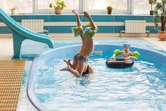 GRODNO, Bielorrusia - centro turístico de salud Porechye Los niños se bañan en una piscina baja imagen de archivo libre de regalías