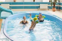 GRODNO, Bielorrusia - centro turístico de salud Porechye Los niños se bañan en una piscina baja imagenes de archivo
