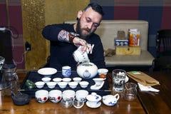GRODNO, BIELORRUSIA - 17 DE ABRIL: El hombre barbudo participa en la ceremonia de té, el 17 de abril de 2016 GRODNO, BIELORRUSIA Fotos de archivo libres de regalías