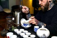 GRODNO, BIELORRUSIA - 17 DE ABRIL: El hombre barbudo participa en la ceremonia de té, el 17 de abril de 2016 GRODNO, BIELORRUSIA Fotografía de archivo libre de regalías