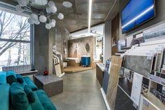 GRODNO, BIELORRUSIA - DICIEMBRE DE 2018: dentro de interior en la sala de exposición de la tienda de la fontanería de la élite imagen de archivo