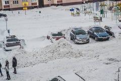 Grodno, Bielorrusia, 12 15 2012 hay mucha nieve en la yarda del edificio de apartamentos, limpieza amistosa de la nieve cerca Fotografía de archivo libre de regalías