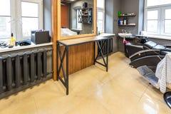 GRODNO, BIELORRUSIA - MARZO DE 2019: interior del desván de la barbería del peluquero y del salón de belleza foto de archivo libre de regalías