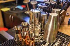 GRODNO, BIELORRUSIA, MAYO DE 2018: tazas del metal para hacer los cócteles en una barra del club nocturno de la élite imagenes de archivo