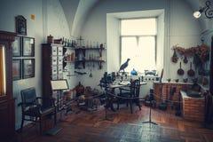 Grodno, Bielorussia - 5 aprile 2017: tavola, gabinetto e shelfs del farmacista delle droghe nel museo della farmacia della città  fotografie stock