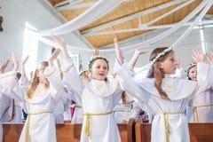 GRODNO, BIELORUSSIA - MAGGIO 2019: I bambini piccoli nella chiesa cattolica stanno aspettando la prima comunione del eucharist Pi immagine stock libera da diritti