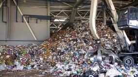Grodno, Bielorussia - ottobre 2018: Escavatore sulla separazione primaria dell'immondizia nella pianta di trattamento dei rifiuti video d archivio