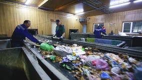 Grodno, Bielorussia - ottobre 2018: Escavatore sulla separazione primaria dell'immondizia nella pianta di trattamento dei rifiuti archivi video