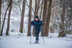 GRODNO VITRYSSLAND - JANUARI 15, 2017 En gamal man övar för att förbättra hans hälsa vid skidåkning för argt land Royaltyfri Bild