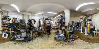 GRODNO VITRYSSLAND - JANUARI 2019: Full sfärisk sömlös panorama 360 grader vinkelsikt i inre av skulptörstudion på arbete royaltyfria foton