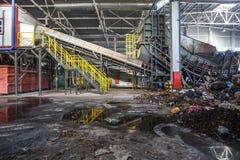 GRODNO VITRYSSLAND - OKTOBER 2018: Modern förlorad återanvändande bearbetningsanläggning Separat avskrädesamling Återvinning och  arkivfoton