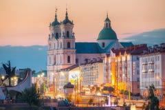 Grodno Vitryssland St Francis Xavier Cathedral And Traffic In Mostowaja och Kirova gator på aftonen i natt Arkivfoton