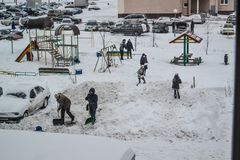 Grodno, Weißrussland, 12 15 2012 gibt es viel Schnee im Yard des Apartmenthauses, freundliche Reinigung des Schnees durch Pächter Lizenzfreies Stockfoto