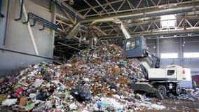 Grodno, Weißrussland - Oktober 2018: Bagger auf dem Primärsortieren des Abfalls in Abfallbehandlungsanlage Unterschiedliche Speic stock video