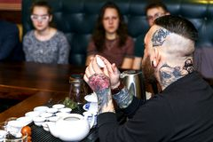 GRODNO, WEISSRUSSLAND - 17. APRIL: Der bärtige Mann nimmt an der Teezeremonie, am 17. April 2016 GRODNO, WEISSRUSSLAND teil Lizenzfreie Stockfotografie