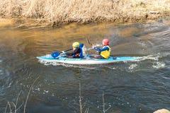 GRODNO, WEISSRUSSLAND - APRIL 2019: Kajakfreistilwettbewerb auf dem schnellen fleißig rudernden Fluss des kalten Wassers, Geist d lizenzfreies stockfoto