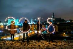 GRODNO, WEISSRUSSLAND - 23. DEZEMBER: Guten Rutsch ins Neue Jahr Tabellen 2018 machten von den Feuerwerken, die auf einem Weihnac stockfotos