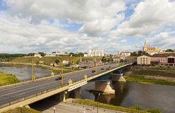 GRODNO, WEISSRUSSLAND - 10. JULI 2016: Foto der alten Brücke, der historischen Mitte und des Flusses Neman Lizenzfreie Stockfotos