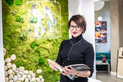 GRODNO, WEISSRUSSLAND - MÄRZ 2019: Angestellte der jungen Frau in den Glasarbeiten am Computer im modernen Geschäft stockbild