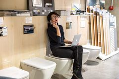 GRODNO, WEISSRUSSLAND - MÄRZ 2019: Angestellte der jungen Frau in den Glasarbeiten am Computer im modernen Geschäft mit Bad von G stockbilder