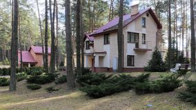 GRODNO, WEISSRUSSLAND - 2. MÄRZ 2019: Sanatorium ENERGETIK Wohngebäude im Kiefernwald stockfoto