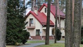 GRODNO, WEISSRUSSLAND - 2. MÄRZ 2019: Sanatorium ENERGETIK Wohngebäude im Kiefernwald stockfotografie
