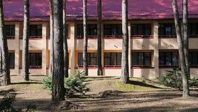 GRODNO, WEISSRUSSLAND - 2. MÄRZ 2019: Sanatorium ENERGETIK Wohngebäude im Kiefernwald stockbild