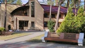 GRODNO, WEISSRUSSLAND - 2. MÄRZ 2019: Sanatorium ENERGETIK Wohngebäude im Kiefernwald lizenzfreies stockbild
