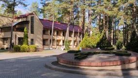 GRODNO, WEISSRUSSLAND - 2. MÄRZ 2019: Sanatorium ENERGETIK Wohngebäude im Kiefernwald stockbilder