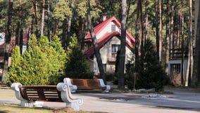 GRODNO, WEISSRUSSLAND - 2. MÄRZ 2019: Sanatorium ENERGETIK Wohngebäude im Kiefernwald lizenzfreie stockfotos