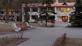 GRODNO, WEISSRUSSLAND - 2. MÄRZ 2019: Sanatorium ENERGETIK Wohngebäude im Kiefernwald lizenzfreie stockfotografie