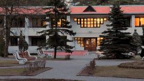GRODNO, WEISSRUSSLAND - 2. MÄRZ 2019: Sanatorium ENERGETIK Wohngebäude im Kiefernwald stockfotos