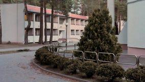 GRODNO, WEISSRUSSLAND - 2. MÄRZ 2019: Sanatorium ENERGETIK Wohngebäude im Kiefernwald lizenzfreie stockbilder
