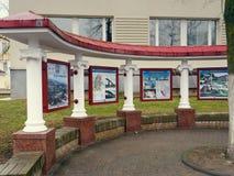GRODNO, WEISSRUSSLAND - 18. MÄRZ 2019: Werbung des Stands in der Stadt von Grodno stockfotografie